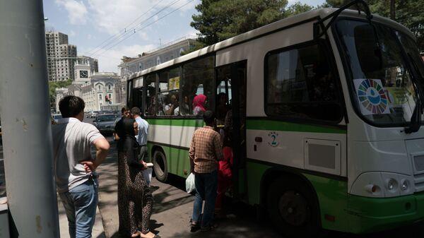 Посадка пассажиров в автобус, архивное фото - Sputnik Тоҷикистон