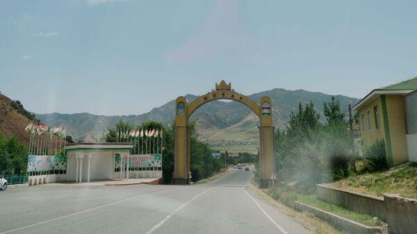 Приветственная арка перед въездом в город Нурек в Таджикистане, архивное фото - Sputnik Тоҷикистон