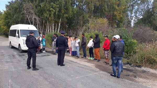 Сотрудники ГИБДД ГУ МВД России задержали 21-го мигранта в 7-местном транспортном средстве - Sputnik Таджикистан