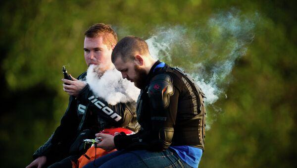 Молодые люди курят электронные сигареты - Sputnik Таджикистан
