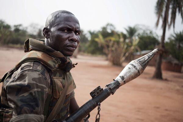 Военнослужащий центральноафриканских Вооруженных сил во время патрулирования , Центральноафриканская Республика - Sputnik Таджикистан