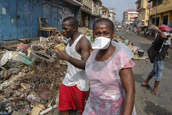 Горожане во время уборки улиц, наполненных бытовыми отходами, Сьерра-Леоне - Sputnik Таджикистан