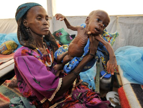 Женщины и ребенок, страдающие от истощения, на юге Нигера - Sputnik Таджикистан