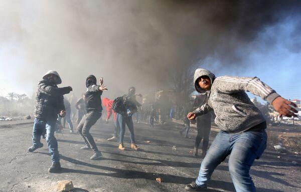Участники протестов в Палестине против решения США о признании Иерусалима столицей Израиля - Sputnik Таджикистан