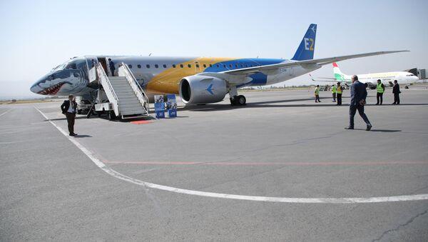 Авиакомпания Сомон Эйр и бразильский авиастроительный конгломерат Эмбраер провели презентацию новейшего самолёта нового поколения - Sputnik Тоҷикистон