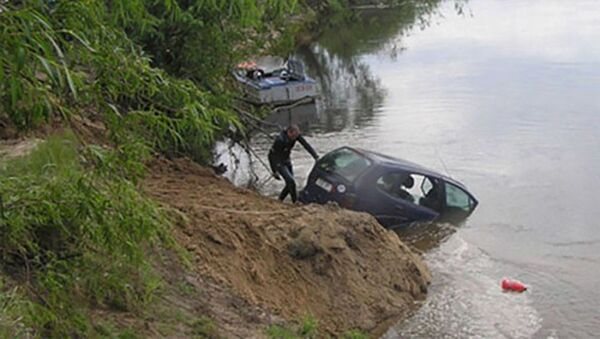 Авто опрокинулась в Варзобскую реку - Sputnik Таджикистан