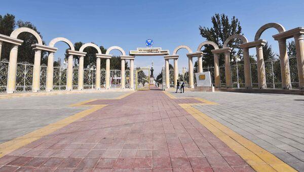 Центральный вход в парк Фирдавси, архивное фото - Sputnik Тоҷикистон
