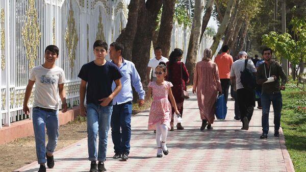Жители города Душанбе прогуливаются в парке Фирдавси, архивное фото - Sputnik Таджикистан