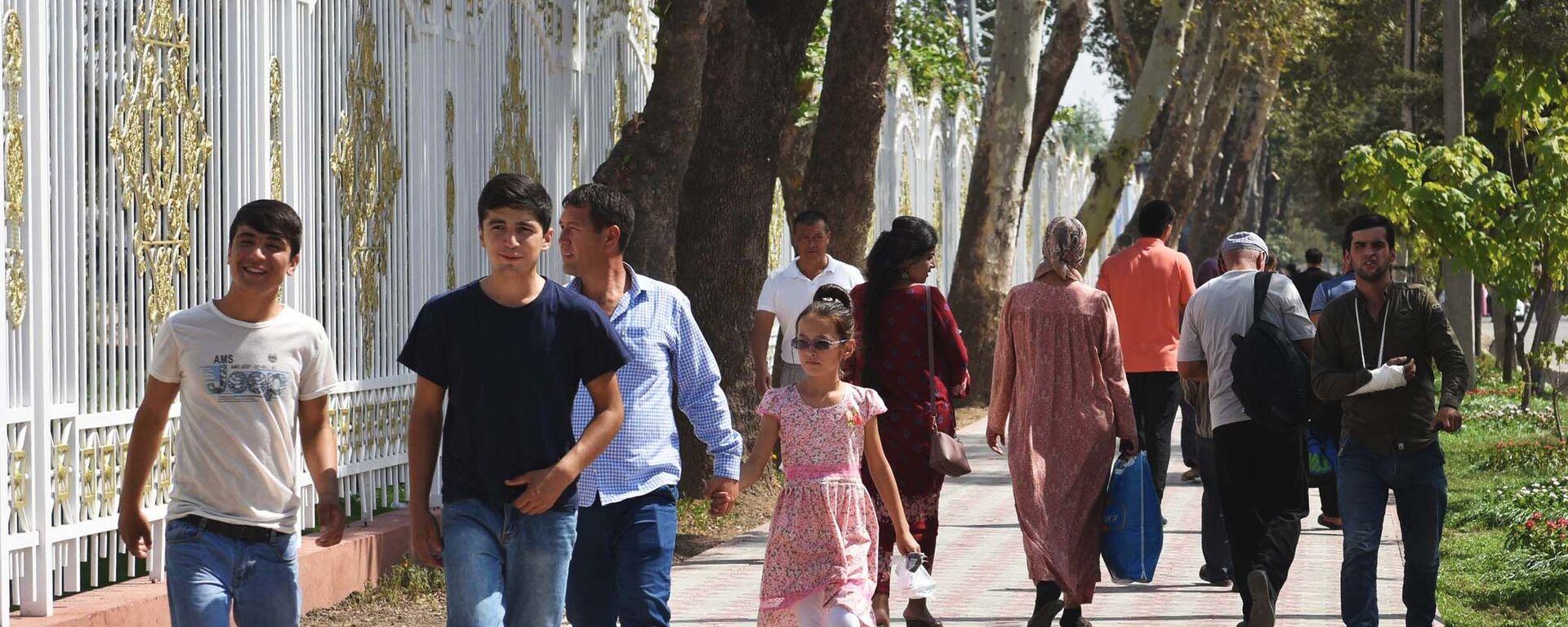Жители города Душанбе прогуливаются в парке Фирдавси, архивное фото - Sputnik Таджикистан, 1920, 22.06.2021