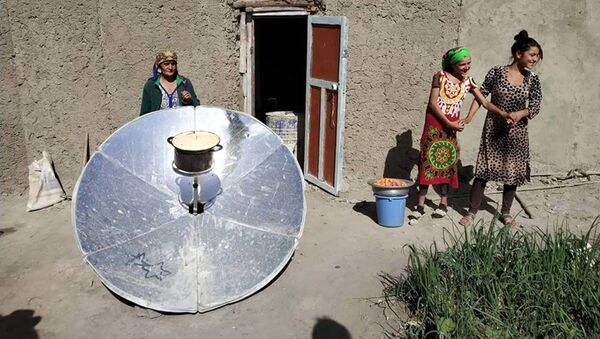 Солнечная печь, которого используют жители Бартанга для разогрева воды - Sputnik Тоҷикистон