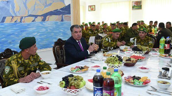 Президент Таджикистана в учебном центре Погранвойск ГКНБ в Хороге - Sputnik Тоҷикистон