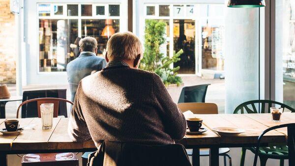 Пожилой человек в кафе, архивное фото - Sputnik Таджикистан