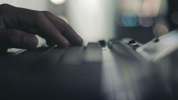Пользователь за компьютером печатает на клавиатуре - Sputnik Таджикистан