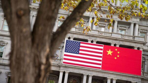 Флаг США и Китая на стене, архивное фото - Sputnik Таджикистан