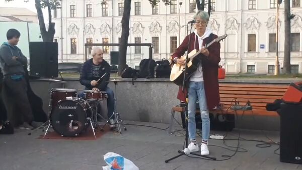 Таджикский музыкант играет на Арбате - Sputnik Таджикистан