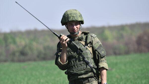 Военнослужащий Российской армии переговаривается по рации - Sputnik Таджикистан