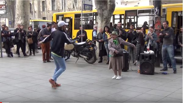 Бабушка заразила своим танцем людей на остановке в Тбилиси - Sputnik Таджикистан