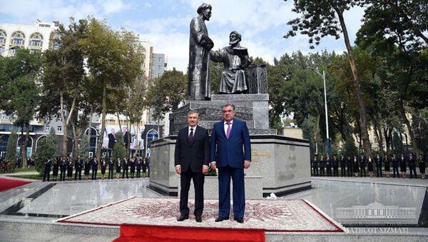 Президенты Шавкат Мирзиёев и Эмомали Рахмон посетили Парк имени Низомиддина Алишера Навои в Душанбе - Sputnik Таджикистан