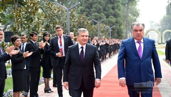 Президенты Шавкат Мирзиёев и Эмомали Рахмон посетили парк имени Низомиддина Алишера Навои в Душанбе - Sputnik Тоҷикистон