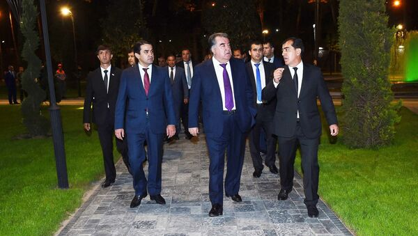 Президент Таджикистана Эмомали Рахмон в Парке имени Ахмада Дониша в Душанбе - Sputnik Таджикистан