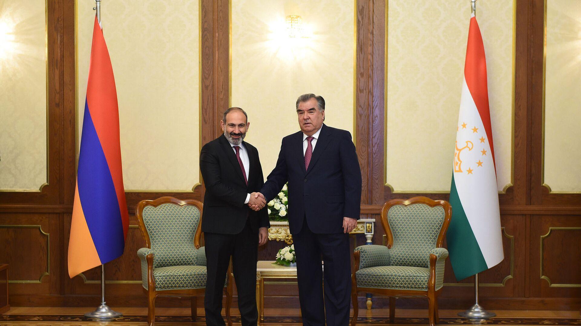 Президент Таджикистана Эмомали Рахмон и премьер-министр Армении Никол Пашинян - Sputnik Таджикистан, 1920, 04.08.2021