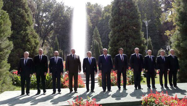 Общее фото глав государств СНГ перед началом заседание в Душанбе - Sputnik Тоҷикистон