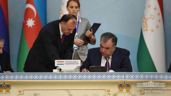 Эмомали Рахмон подписывает документы на заседание глав государств СНГ в Душанбе - Sputnik Тоҷикистон