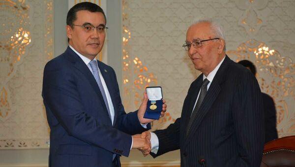 Посол Казахстана Нурлан Сейтимов вручил экс-министру иностранных дел РТ Талбаку Назарову медаль имени Назира Тюрякулова - Sputnik Таджикистан