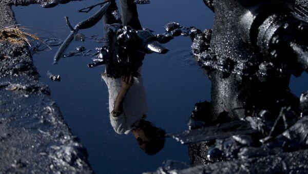 Отражение человека в нефтяной яме, архивное фото - Sputnik Таджикистан