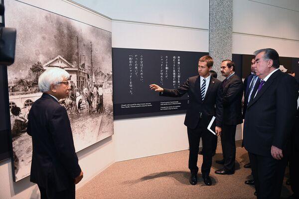 Президент Таджикистана Эмомали Рахмон посетил музей памяти жертв бомбардировки Хиросимы - Sputnik Таджикистан