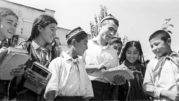 Учитель Хасан Таибов с детьми - учениками школы колхоза имени Ленина. Таджикская ССР, архивное фото - Sputnik Таджикистан