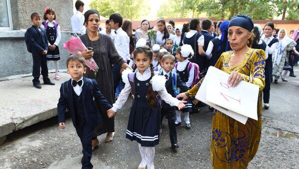 Учительница ведет первоклассников на первый урок в школе №16 города Душанбе, архивное фото - Sputnik Тоҷикистон