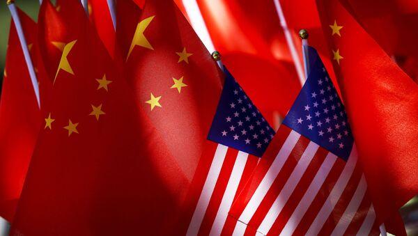 Флаг США и флаг Китая, архивное фото - Sputnik Тоҷикистон