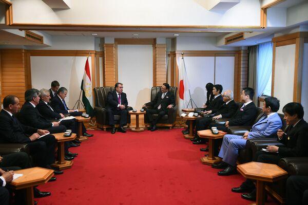 Встреча Эмомали Рахмона с руководителем группы межпарламентской дружбы Таджикистана и Японии Кейджи Фурия - Sputnik Таджикистан