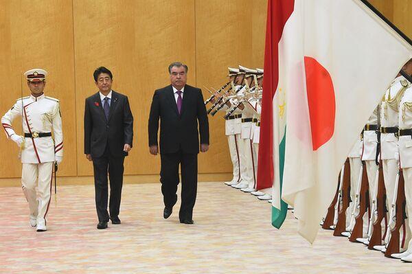 Премьер-министр Японии Синдзо Абэ и президент Таджикистана Эмомали Рахмон - Sputnik Таджикистан