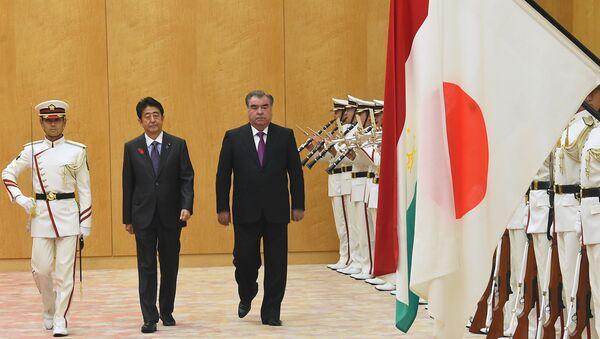 Премьер-министр Японии Синдзо Абэ и президент Таджикистана Эмомали Рахмон - Sputnik Тоҷикистон