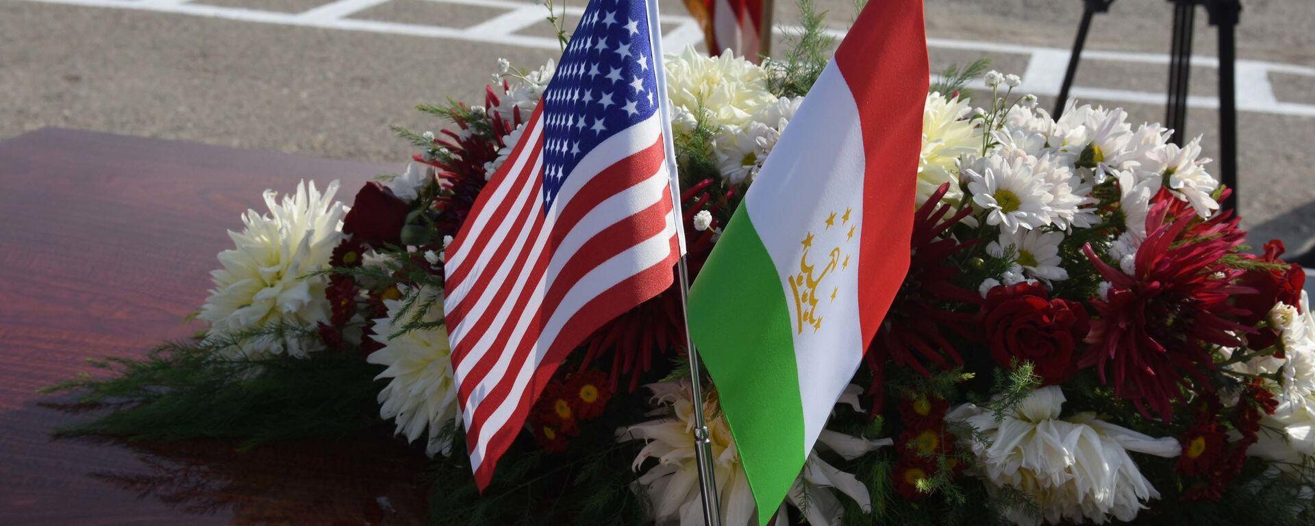 Флаги США и Таджикистана - Sputnik Таджикистан, 1920, 23.09.2021
