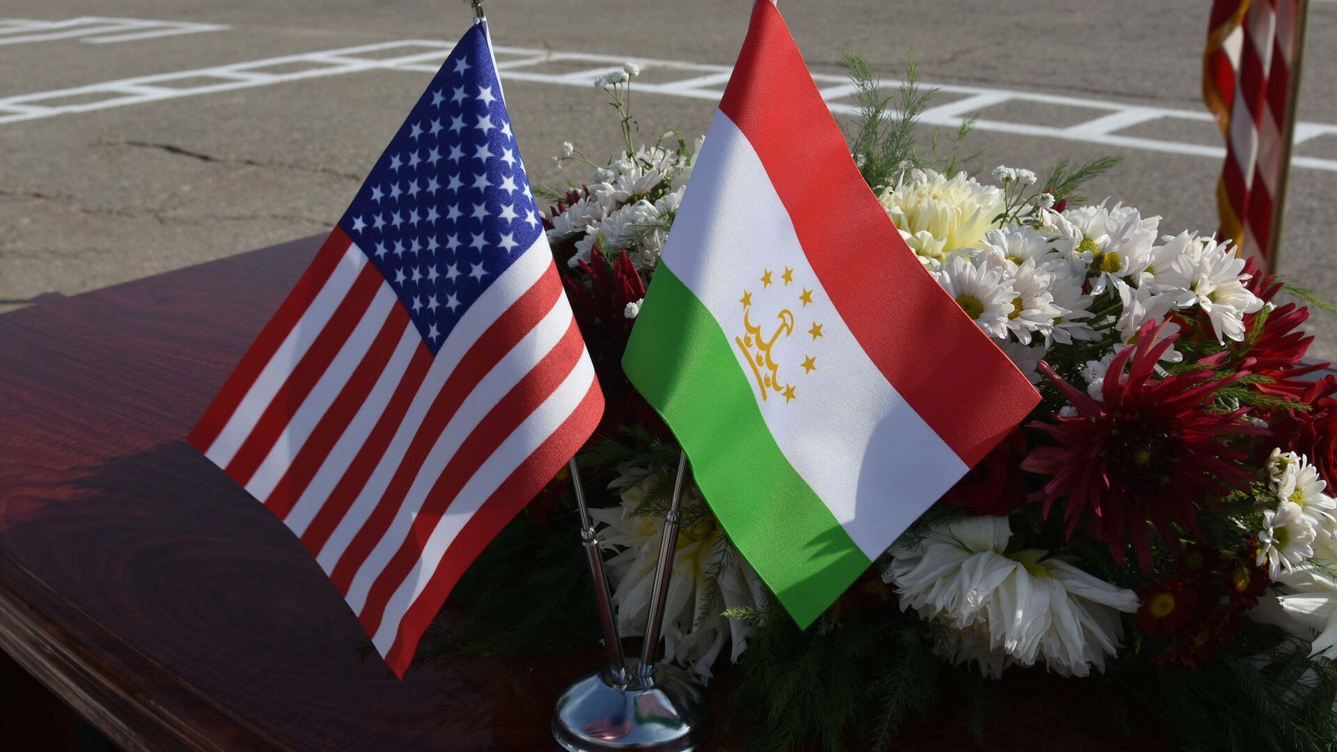 Флаги Таджикистана и США - Sputnik Таджикистан, 1920, 09.09.2021