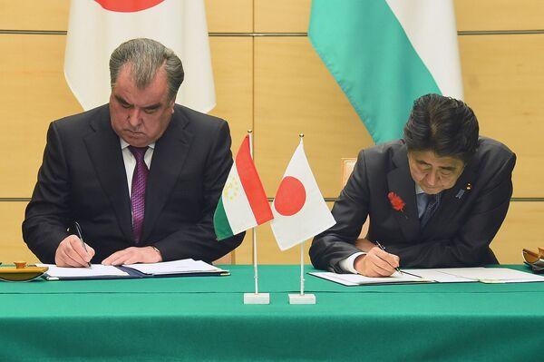 Премьер-министр Японии Синдзо Абэ и президент Таджикистана Эмомали Рахмон во время подписания документов - Sputnik Таджикистан