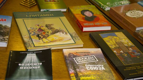 Книги на выставке таджикской литературы - Sputnik Тоҷикистон