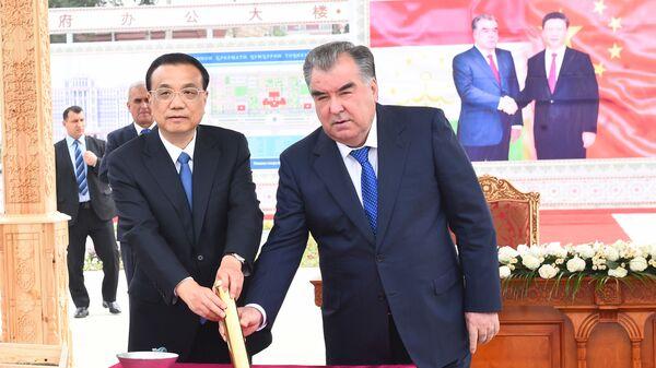 Президент Таджикистана Эмомали Рахмон, премьер Госсовета КНР Ли Кэцян дали старт строительству парламента в Душанбе - Sputnik Тоҷикистон