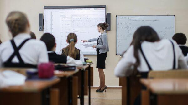 Школьники за партой, архивное фото - Sputnik Таджикистан