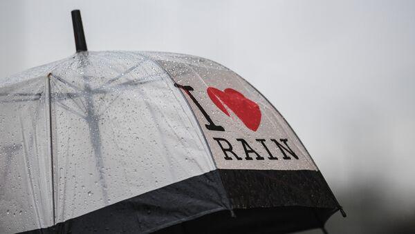 Зонт с надписью Я люблю дождь - Sputnik Тоҷикистон