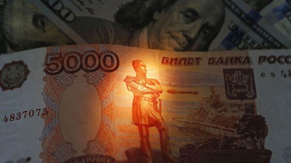 Рубли и доллары - Sputnik Таджикистан