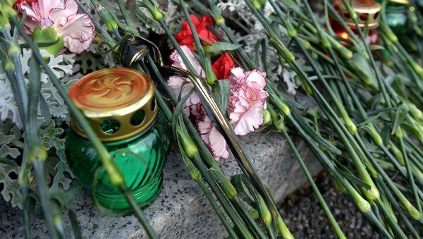 Цветы в память о погибших при нападении на Керченский колледж - Sputnik Таджикистан