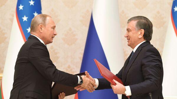 Президент России Владимир Путин и президент Узбекистана Шавкат Мирзиёев - Sputnik Тоҷикистон