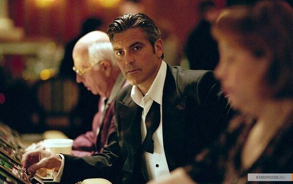 Актер Джордж Клуни в роли Дэнни Оушенв в фильме Одиннадцать друзей Оушена  - Sputnik Таджикистан