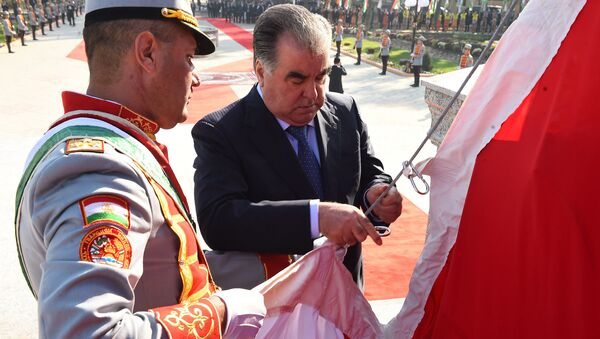 Эмомали Рахмон открыл Государственный флаг в городе Бустон - Sputnik Таджикистан