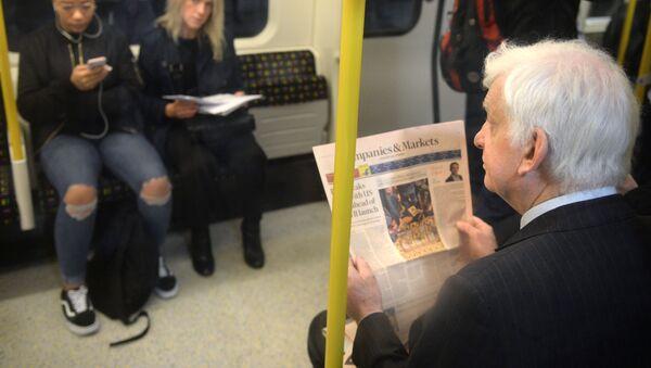 Пассажиры в вагоне на станции лондонского метро, архивное фото - Sputnik Таджикистан