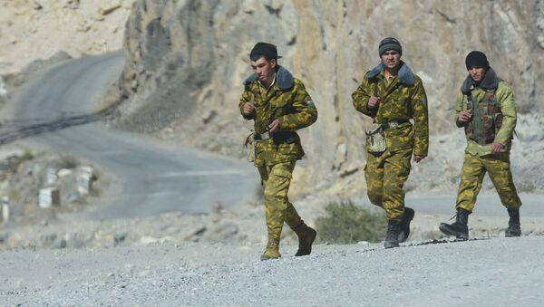 Таджикские пограничники на границе с Афганистаном, архивное фото - Sputnik Тоҷикистон